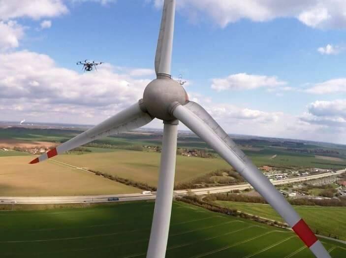 Utilizan drones gigantes para limpiar los molinos de viento